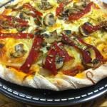 Pizza de champiñón, cebolla y pimientos asados