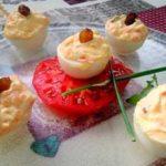 Huevos rellenos de ahumado y pasas (ingredientes y elaboración)