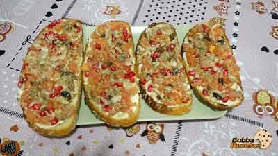 Tostas de ahumado, granada y tomate