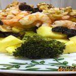 Ensalada de brócoli, piña, rambután, manzana y frutos secos con gambas